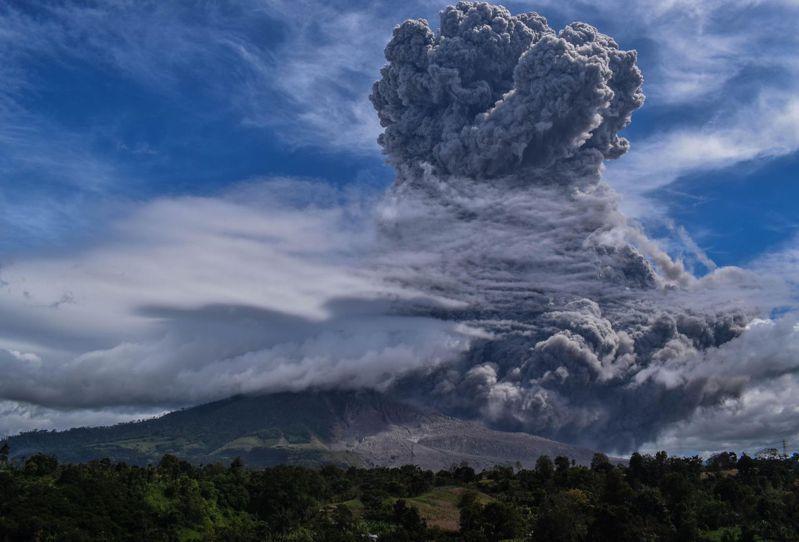 巨型火山灰雲從2460公尺高的山頂往上竄升,火山爆發後形成的火山灰與火山礫,在山腰處的廢棄村莊累積了約5公分的厚度。歐新社