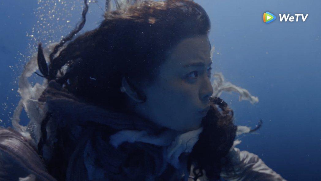 楊超越在「且聽鳳鳴」挑戰水中睜眼。圖/WeTV提供