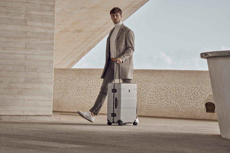 Victorinox的Lexicon Framed硬殼系列行李箱,首度加入鋁製框...