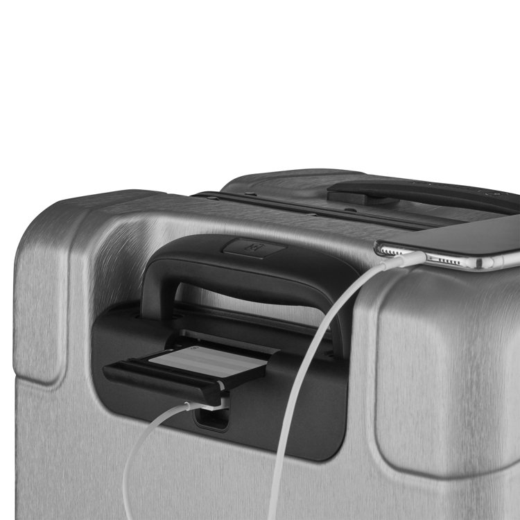 行李牌下有以軍刀為靈感的內置多用途工具,包括USB 連接埠、SIM卡替換工具和原...