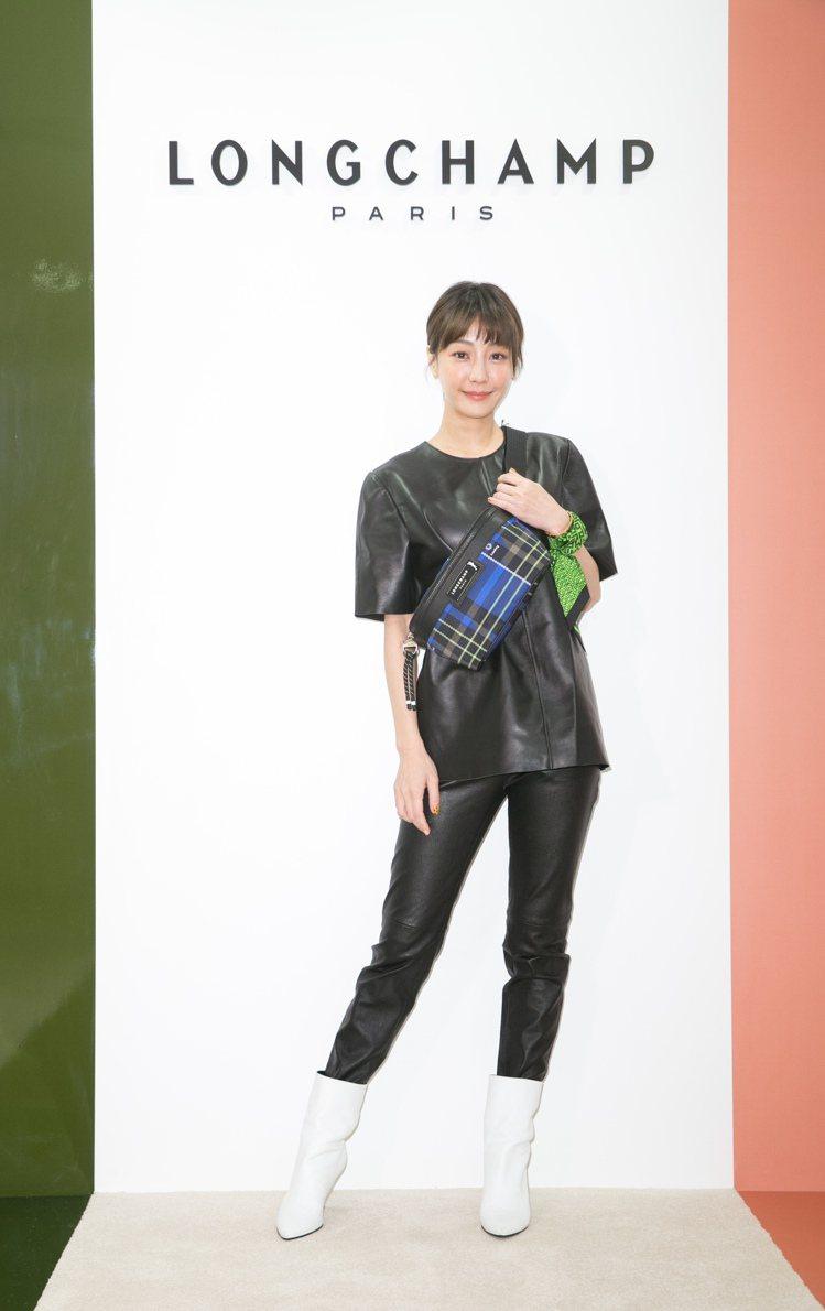 謝欣穎詮釋黑色小羊皮革上衣31,100元、短褲41,200元、Roseau白色皮...