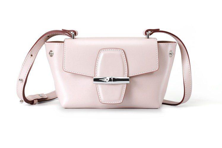 Roseau Box柔粉色斜背包,15,700元。圖/LONGCHAMP提供