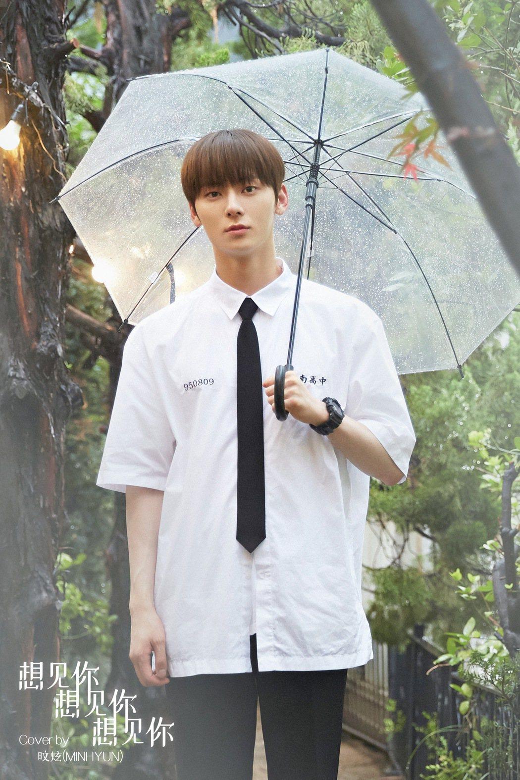 黃旼炫穿上制服重現劇中學生造型。圖/RICHINING 提供