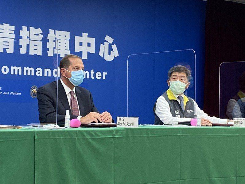 中央流行疫情指揮中心指揮官陳時中(右)透露,今中午與美國衛生部部長阿查爾(左)餐...