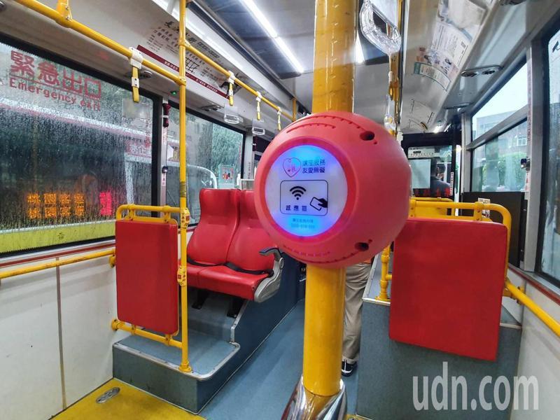 公車讓坐系統,持桃園市愛心卡及敬老卡的民眾靠卡感應,會亮起讓座燈並語音提醒「親愛的乘客,請您禮讓座位給有需要的人,謝謝您的友善與體諒」。記者陳夢茹/攝影