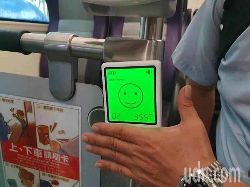 公車體溫感測系統內部晶片與額溫槍晶片相同,如體溫正常則會顯示綠燈,反之體溫超過37.5度會顯示紅色哭臉,並發出警示聲,司機便會要求乘客配戴口罩。記者陳夢茹/攝影