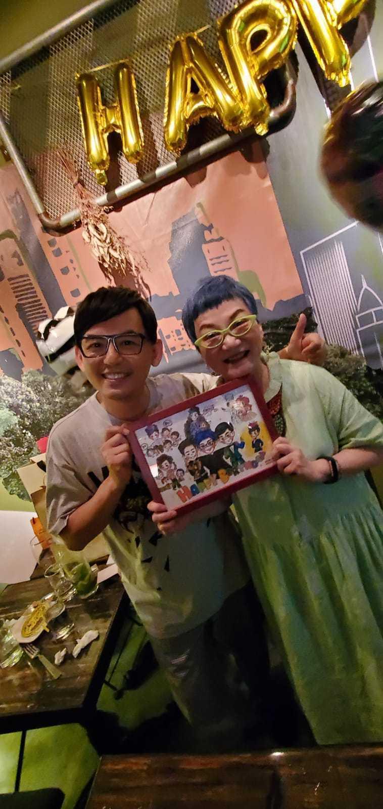 黃子佼(左)送上畫像給張小燕當生日禮物。圖/黃子佼提供