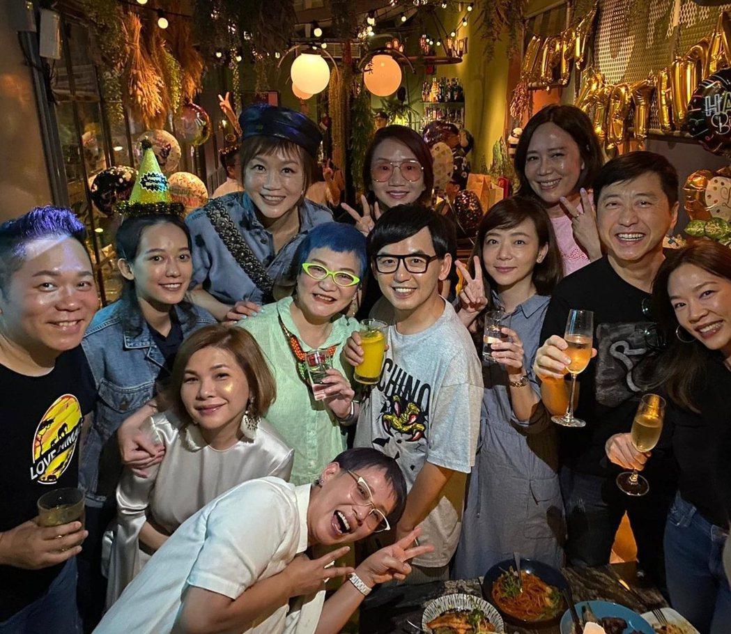 張小燕(中)11日是72歲生日,眾多好友為她慶祝,張清芳(左二)也出席。圖/摘自