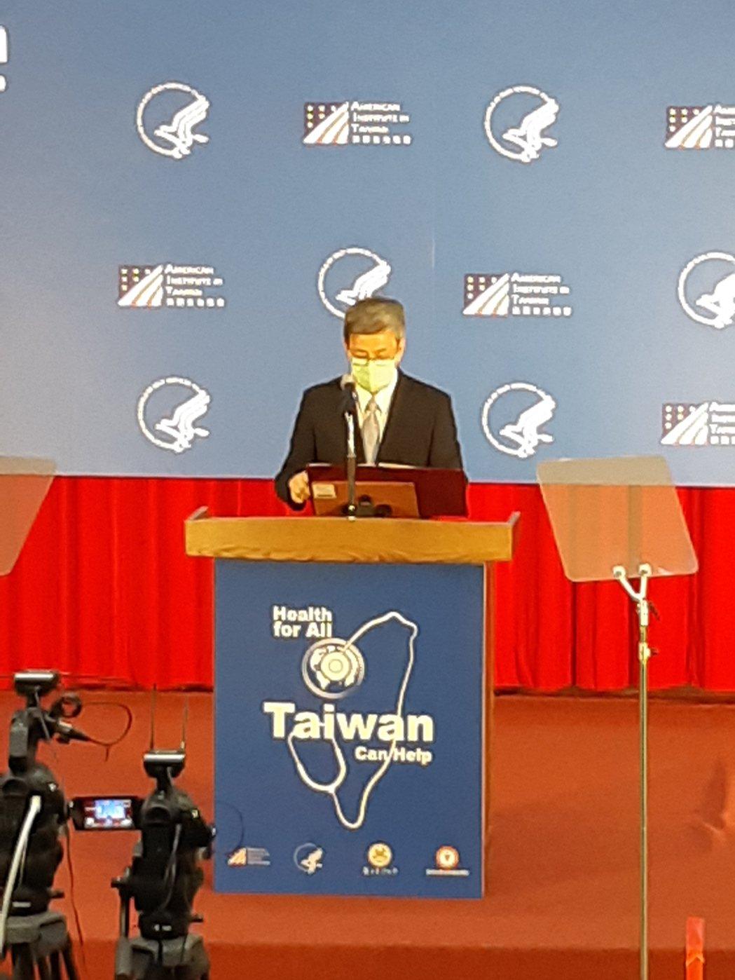 美國衛生部長阿查爾今下午在台灣大學公共衛生學院演講,演說開始前,中研院院士、前副...