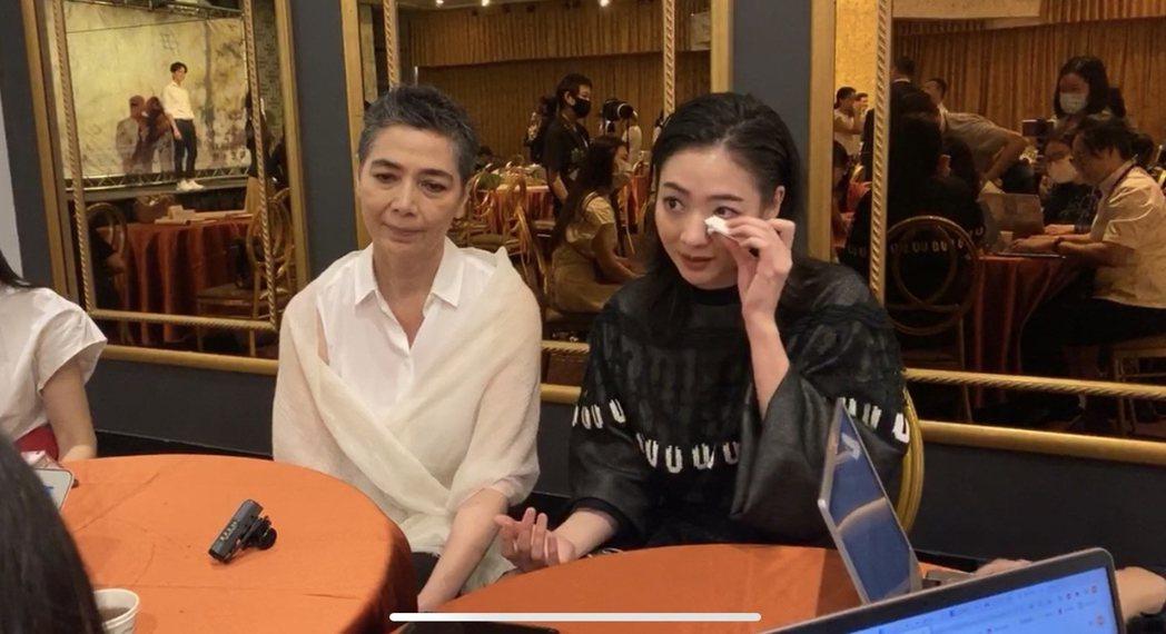 謝沛恩(右)講起故事本尊經歷落淚,媽媽賴佩霞站台。圖/大愛台提供