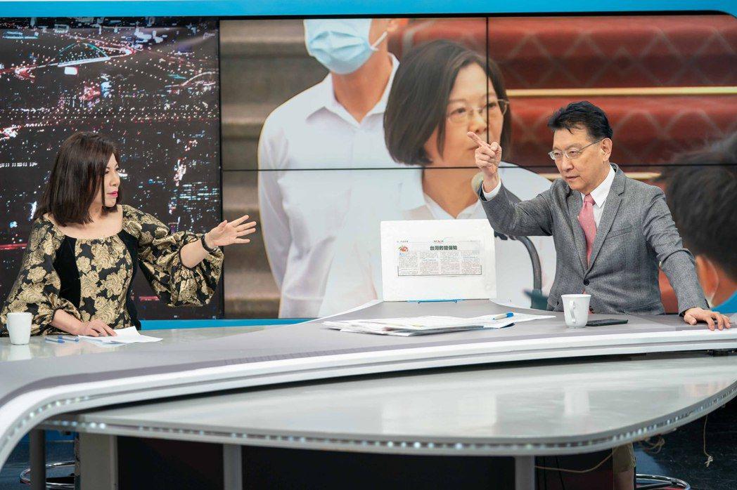 TVBS「少康戰情室」邀陳文茜(左)擔任特別嘉賓,與主持人趙少康有精彩辯駁。 圖