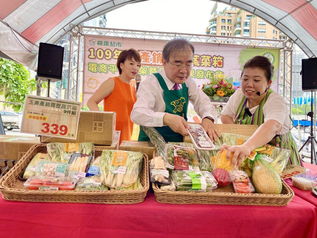 農糧署長胡忠一(中)親自為「產銷履歷蔬菜箱」開箱。記者宋健生/攝影