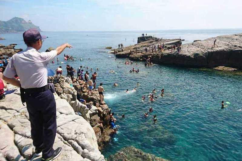 龍洞灣是潛水勝地,今天夏天吸引許多人來這裡玩水。圖/東北角管理處提供