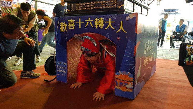 新竹市政府與竹蓮寺25日舉辦七夕成年禮,將有千名滿16歲的學子透過輭轎腳等儀式象徵「轉大人」。記者黃瑞典/攝影