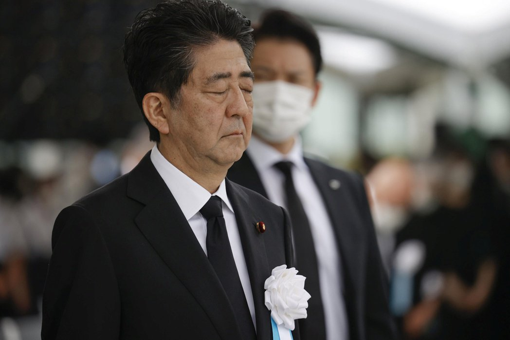 根據最新民意調查,日本首相安倍晉三支持度僅三成四,圖為安倍6日出席廣島原爆75周...