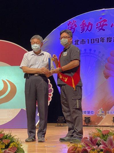 北捷員工邱榮正(右)今年獲頒「模範勞工」。圖/邱榮正提供
