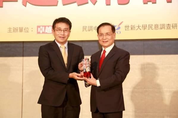 彰化銀行副總經理陳斌(左)接受財團法人商業發展研究院董事長許添財(右)頒授獎座。...