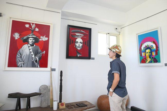 「部落皇后藝術咖啡」的三樓空間,展示有許多優席夫的作品。記者陳睿中/攝影