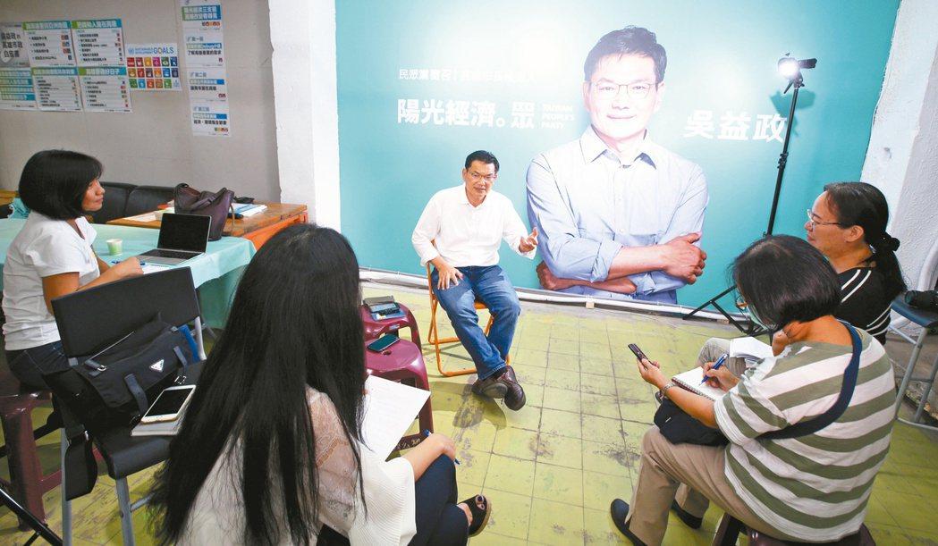 台灣民眾黨高雄市長候選人吳益政(中)昨接受本報專訪,暢談治理城市的理念,希望靠「...