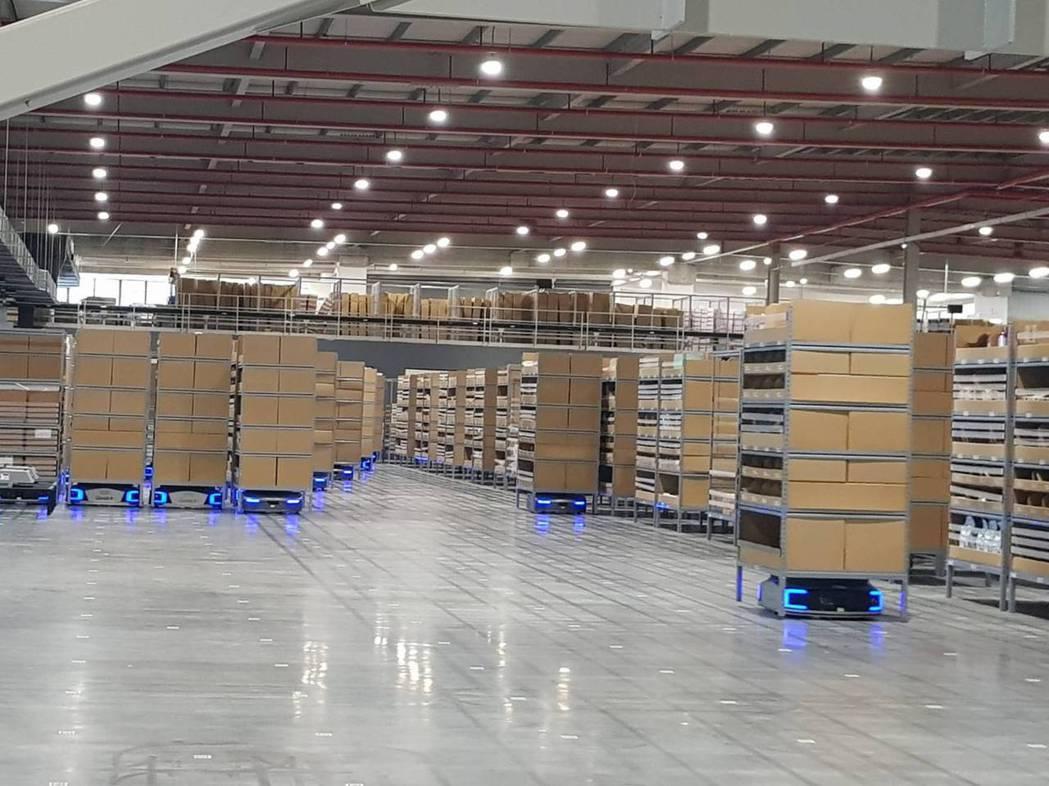 物流共和國台北冷鏈園區以自動化存取系統及智慧搬運機器人減少人工。記者彭宣雅/攝影