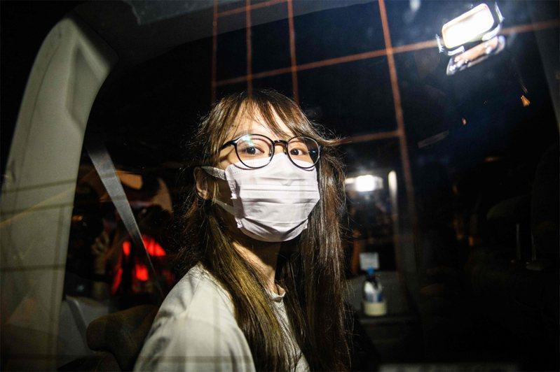 前香港眾志成員周庭11日晚間也獲准保釋。圖為周庭10日被捕後押送至警署時的畫面。法新社
