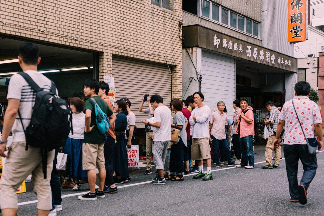 下午三點多,還沒完全醒的歡樂街,人們卻已在重富酒店前排隊。 圖/施清元攝影