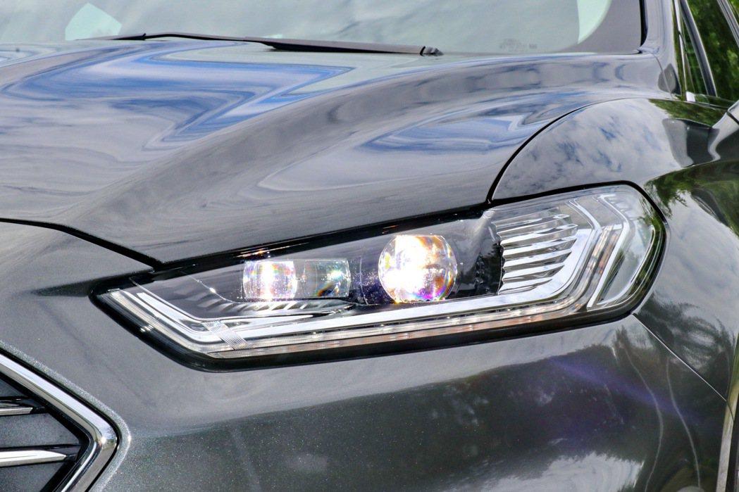 的Ford Dynamic LED智慧頭燈,搭載先進的AFS頭燈主動式轉向照明輔...