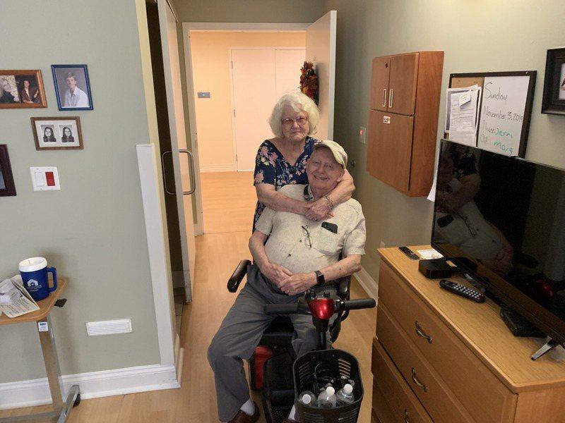 90歲老先生瑞克(Sam Reck)與86歲愛妻喬安(JoAnn Reck)結婚近30年,留下許多甜蜜合照。圖擷自臉書Scott Hooper