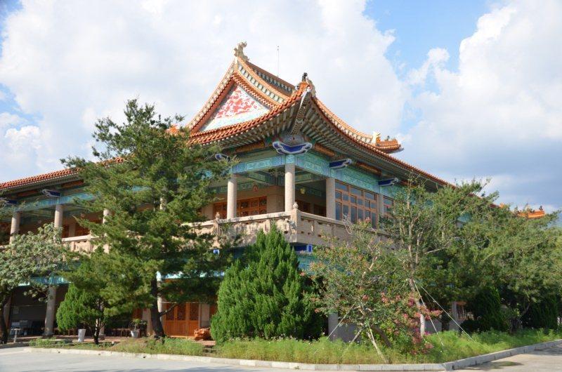 位於高雄市六龜區的諦願寺,有全球最大的樟樹臥佛。 圖/高雄市觀光局提供