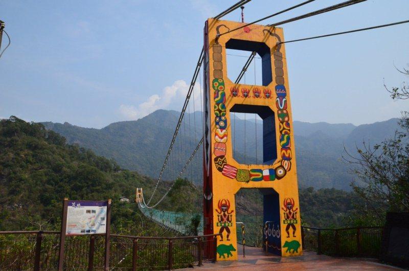 高雄市茂林區的多納吊橋,全長232公尺、高103公尺,橫跨濁口溪,號稱東南亞最高...