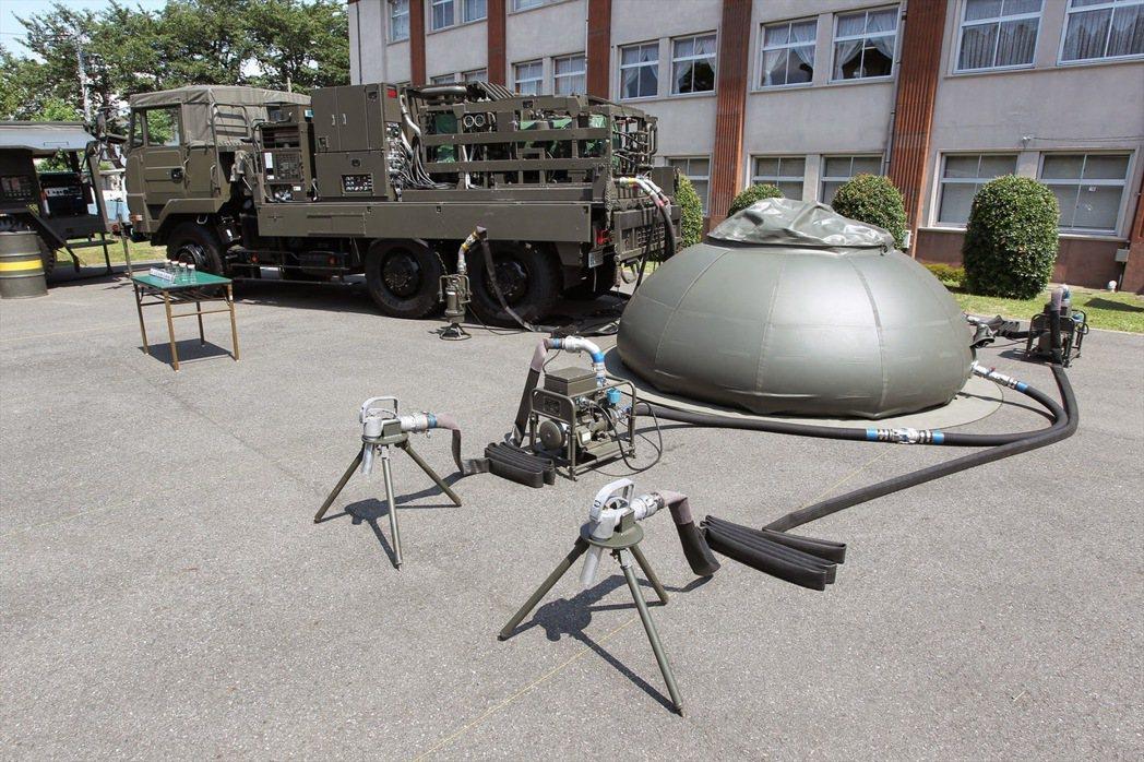 日本軍工產業發達,一些輔助裝備也都有製造,圖為逆滲透野戰淨水系統。 圖/日本防衛省