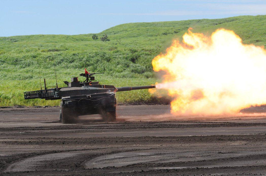 富士火力演習的10式MBT。 圖/日本防衛省