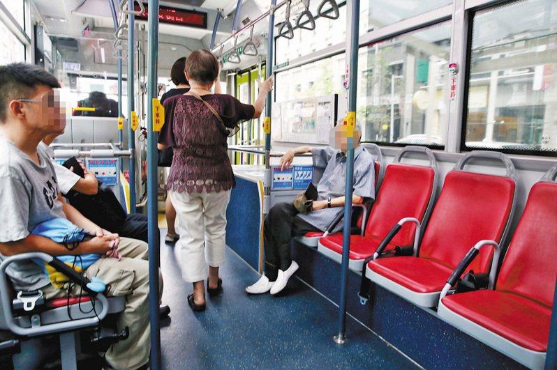 搭乘大眾運輸是否需要讓座、是否設置博愛座是近年來熱門議題,每每出現都會吸引民眾討論。 示意圖/聯合報系資料照(記者林俊良攝影)