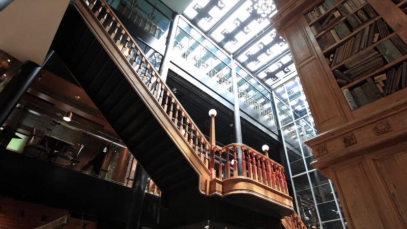 宮原眼科內部存舊立新,保存復古風貌,且處處有巧思。圖為挑高的圖書館造型。 圖/台...