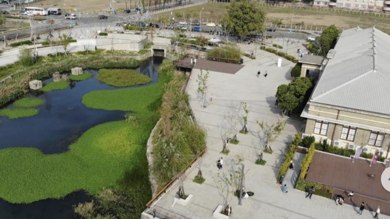 台中市帝國糖廠生態園區,歷史建物台中營業所改為故事館,可循步道繞湖邊看水鳥。 圖...