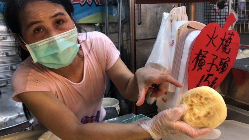 吉發饅頭店的火燒摃子頭,餅皮有十二道白日光芒。 圖/陳秋雲 攝影