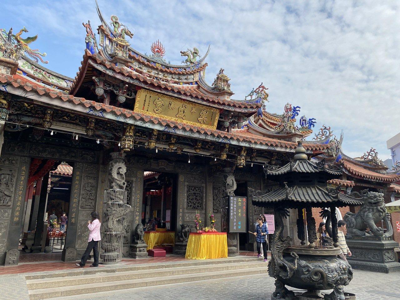 有兩百年歷史的樂成宮,建築之美聞名,前殿屋頂為重簷歇山式,兩百年的香爐,神桌雕工...