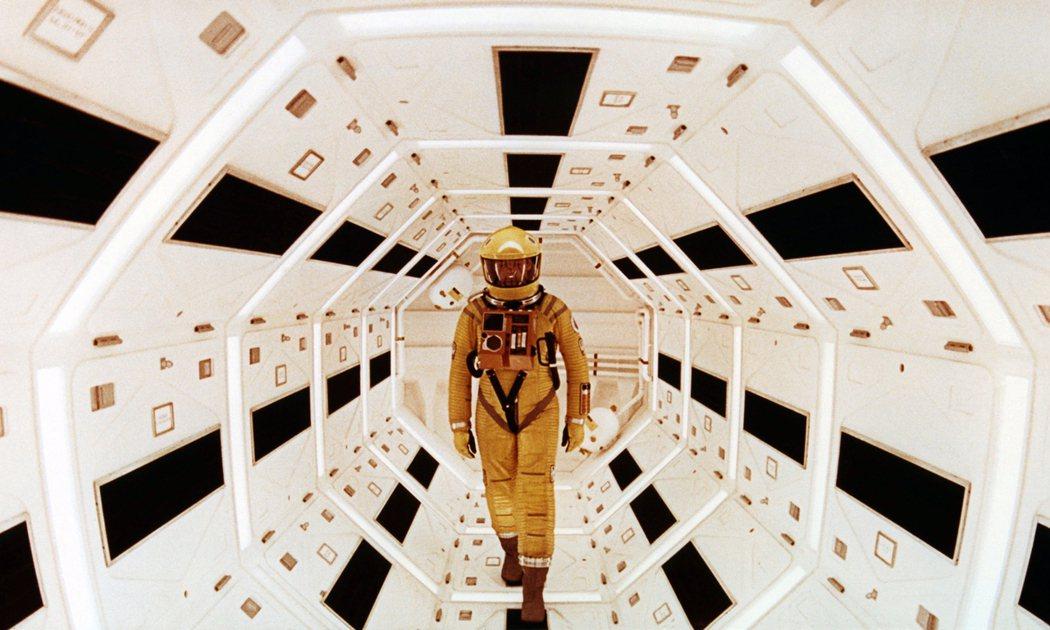 導演庫柏力克在《2001太空漫遊》所拍出監控與人類又回到看似文明實則野蠻的規律中...