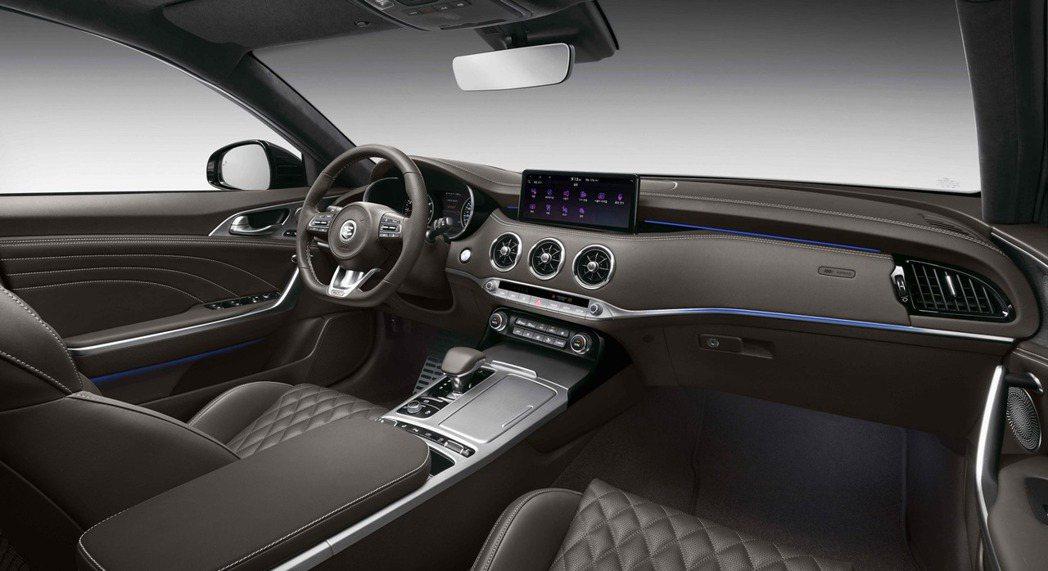 小改款Kia Stinger內裝的改變在於換上7吋全數位儀表以及10.25吋的中...