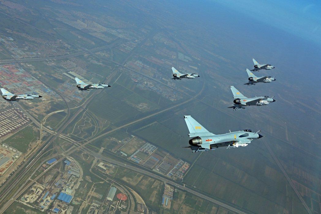 美國衛生部長阿薩爾近日率團訪台時,中共空軍的殲11、殲10型機踰越海峽中線擾台。圖為殲10同型機。 圖/中新社