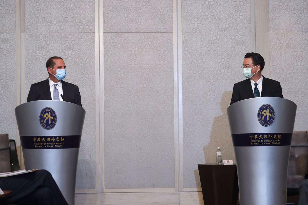 8月11日,美國衛生部長阿薩爾,與外交部長吳釗燮會面。 圖/法新社