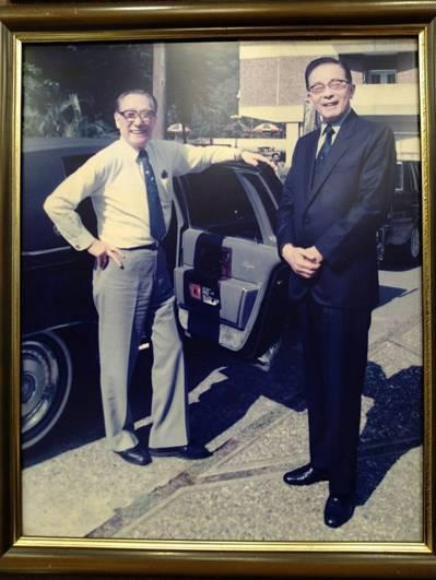沁園春第二代經營者蔣信丞(右)和蔣緯國將軍(左)的合照。圖/郭文章提供