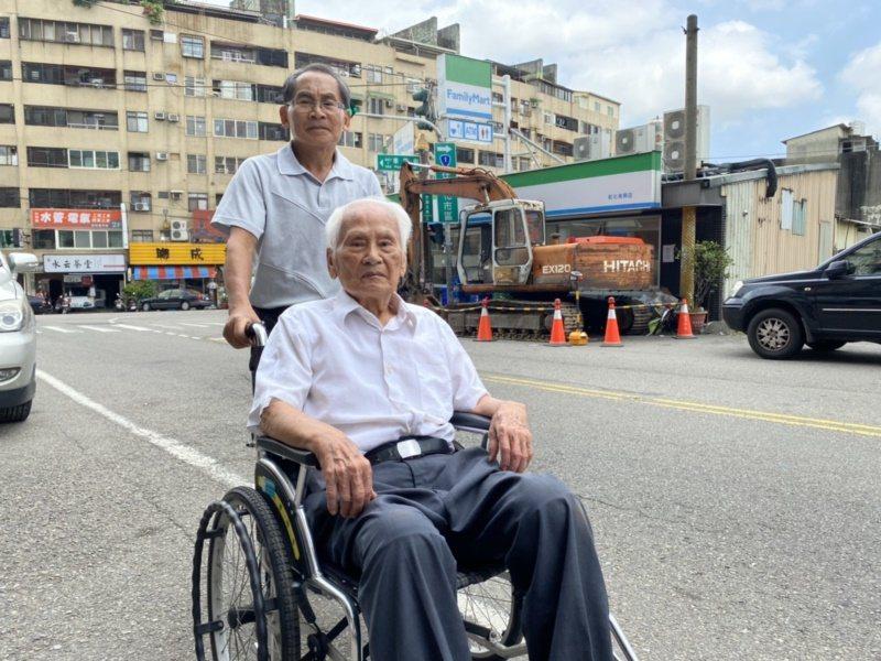 今年99歲的理髮老師傅沈駿魁,去年因行動不便,每天都由次子沈瑞昌推著外出散步。 ...