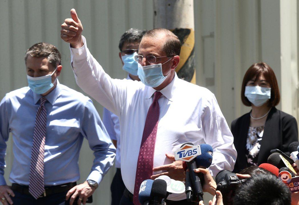 美國衛生部長阿查爾訪問台灣的最後一個行程,到五股參觀口罩工廠,離去前近距離短暫回...
