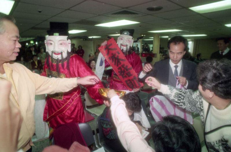 圖為台股1990年2月以滿堂紅收市,成交總值為441.5億元,眾人開心地團拜慶賀。圖/聯合報系資料照