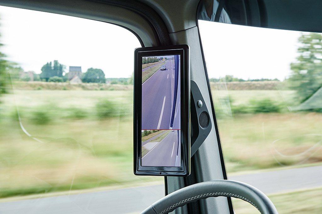 賓士Actros在兩側A柱上也提供了兩個15吋的螢幕,搭配當今車壇最具革命性的新...
