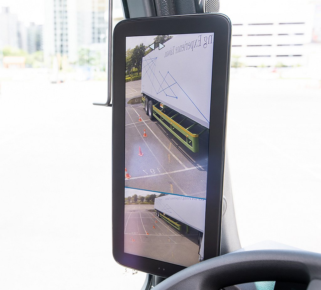 MirrorCam有多項新功能是傳統外後視鏡無法達成,如倒車時車尾定位、併行監控...