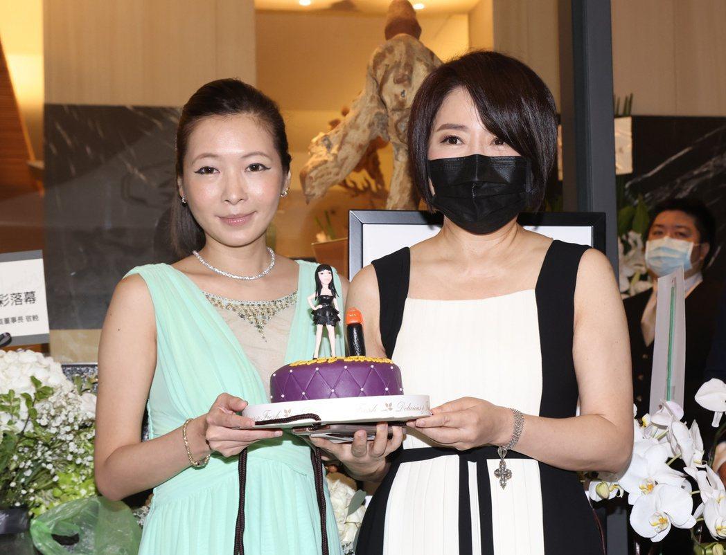 羅霈穎冥誕趴,好友Makiyo(左)與于美人拿著朋友們幫羅霈穎做的造型蛋糕。記者...