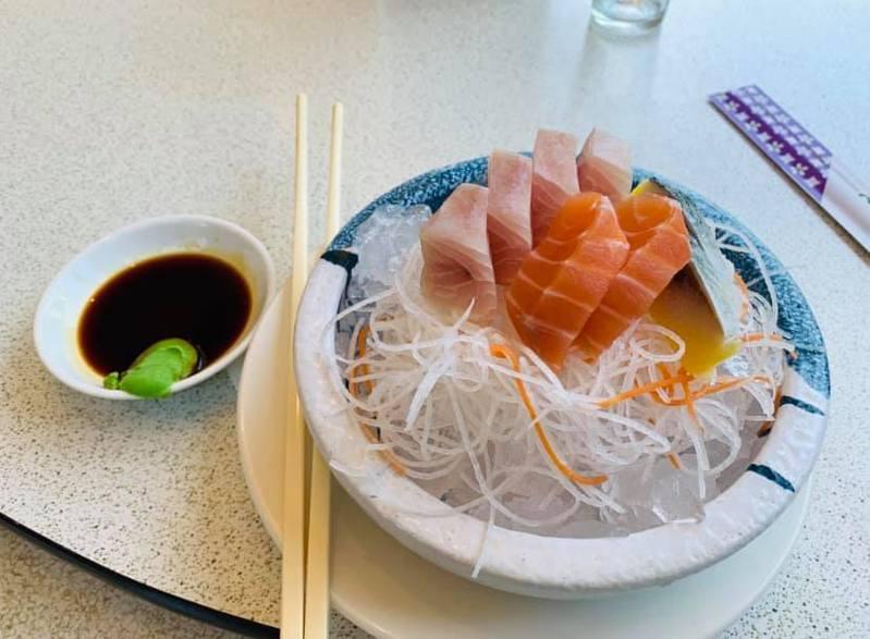 一名女網友到澎湖旅遊,在一家海產店點了一盤綜合生魚片,沒想到端上桌後竟然只有6片,而且還要價200元,讓她抱怨實在太貴。 圖/翻攝自爆怨公社