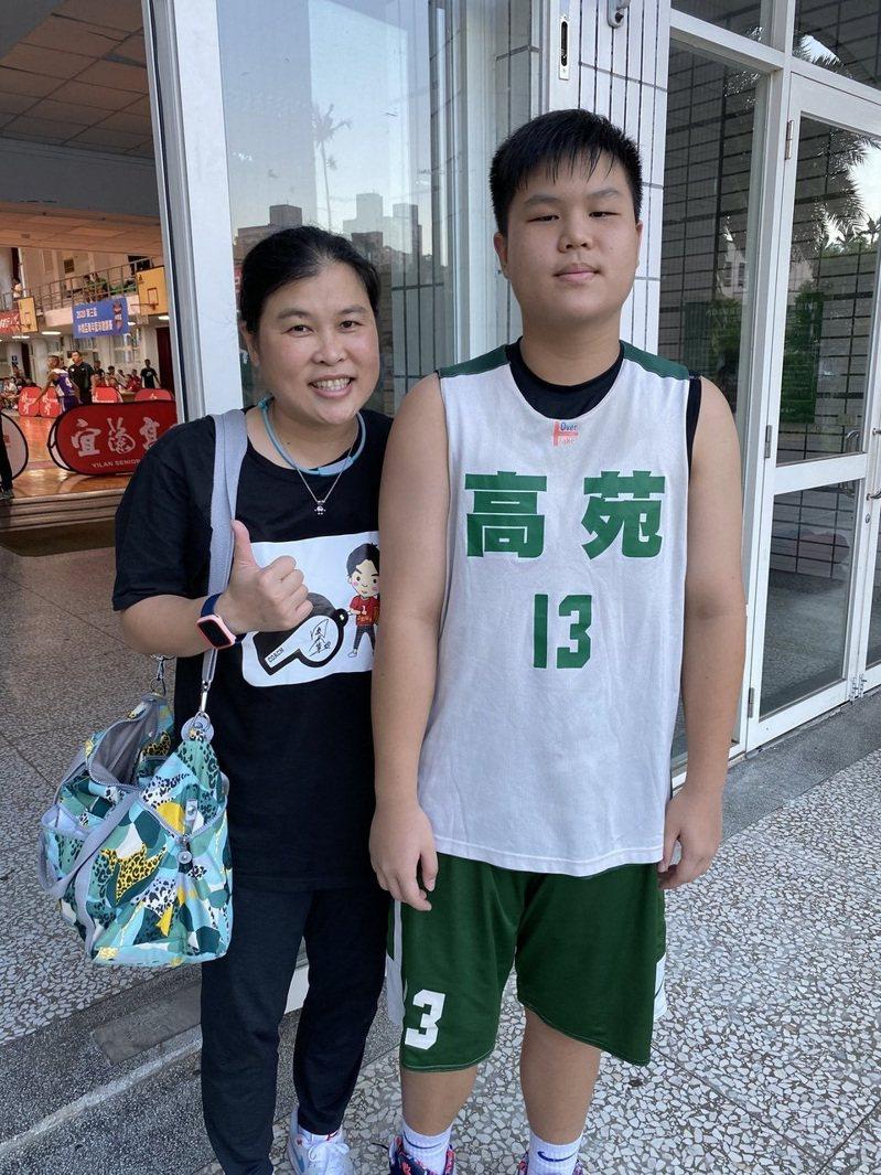 田本玉(左)有子承衣缽,愛子王凱杰成高苑新生。記者曾思儒/攝影